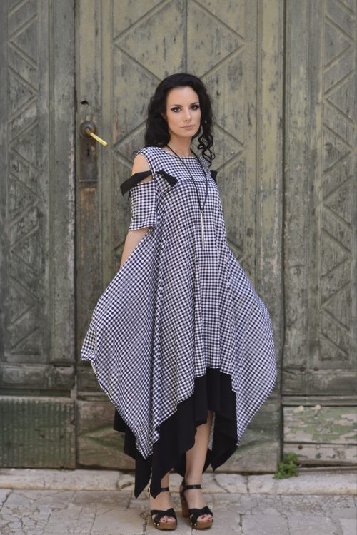 Duga dekonstruirana haljina, karirana, dostupna u vise boja, u svim velicinama, golih ramena, kratih rukava, ima džepove, nova kolekcija, za svaku prigodu
