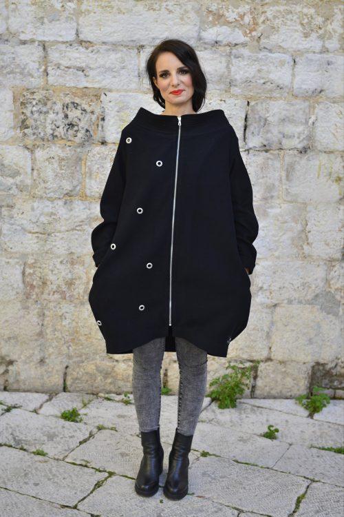 crni kaput, prirodni materijal, ringovi kao ukrasi, kopcanje na patent, za zimu i jesen, balon kroja, za svaki dan, ima džepove, nova kolekcija