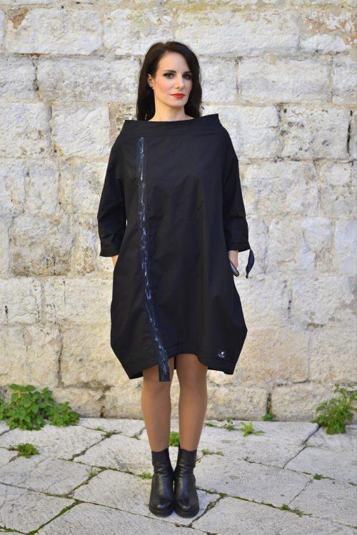 crna haljina prirodnog materijala, pamuk, sa aplikacijama na rukavima i leđima, za svaki dan i za vecer, za proljece i jesen, nova kolekcija, ima džepove