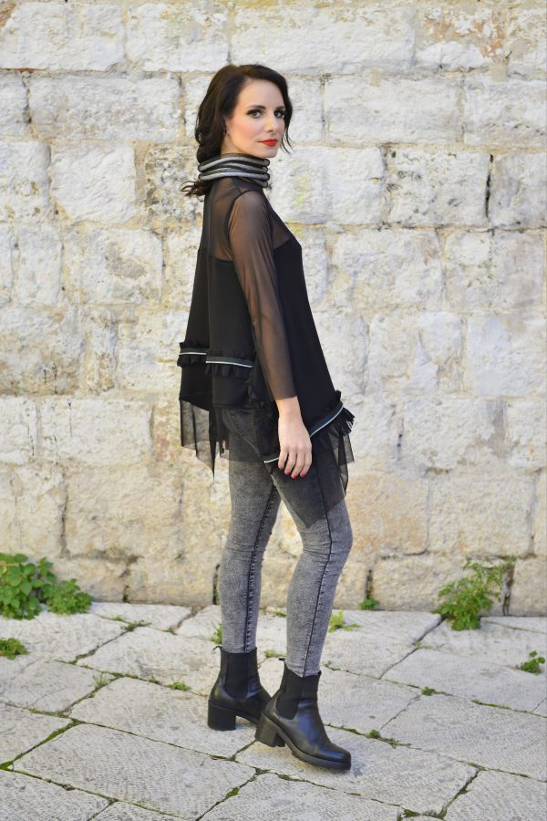žena u Sani Design majici crne boje
