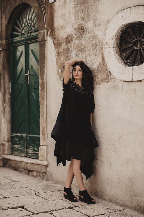 crna dekonstruirana haljina, sa đepovima, vecernja i dnevna, za svaku prigodu, sa aplikacijama od pvca, otvorenih ramena, kratkih rukava, nova kolekcija