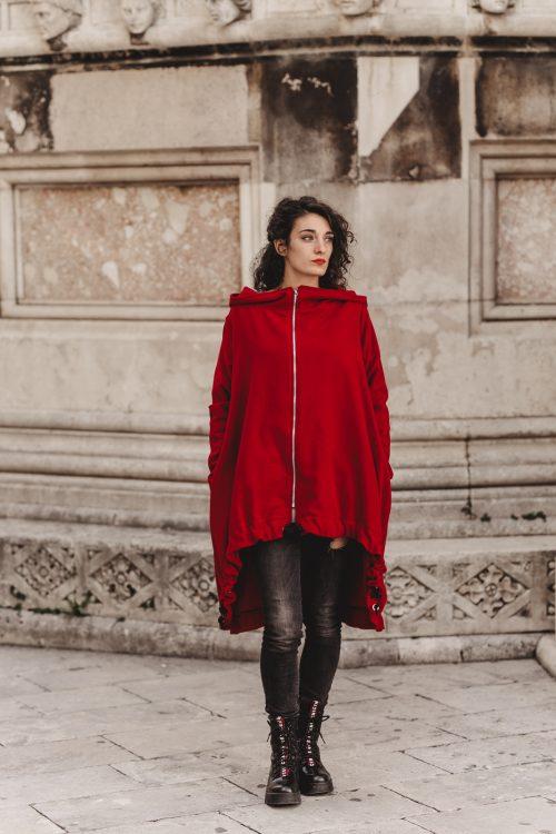 crveni kaput, za zimu i jesen, od prirodnog materjala, drukeri kao ukrasi, rinčice, ringovi, nova kolekcija, imamo u vise boja i svim velicinama, ima kapuljacu, dekonstruiran, kopcanje na patent