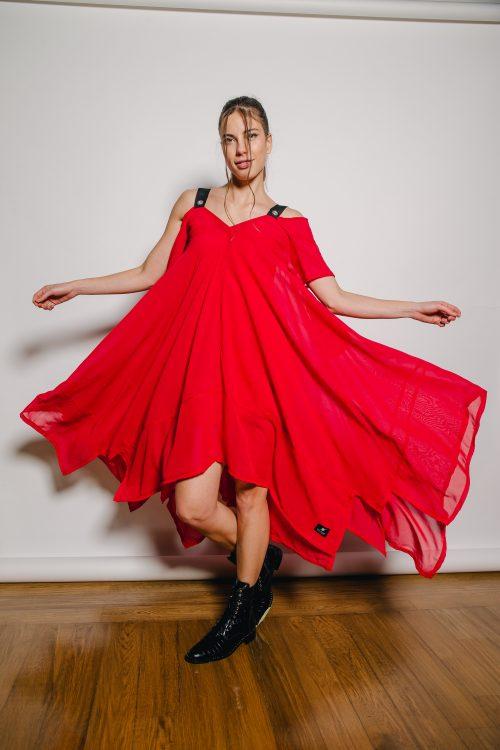 crvena dekonstrurana haljina, podstavljena sa prirodnim materjalom, a ona sama je lagana i leprsava, prekriva sve nedostatke, crne naramenice sa srebrnim detajima. nova kolekcija.