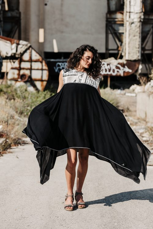 pamuk, viskoza, prironi materijal, dekonstruirana haljina, crna, dostupno i u bijeloj boji, sa novinskim aplikacijama, tisak aplikacija, ima džepove, sa džepovima, dostupna u svim veličinama