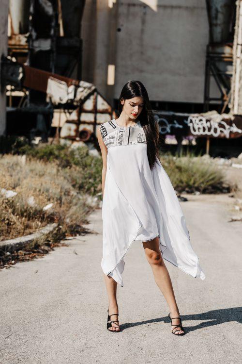 Bijela ljetna haljina, člagana, dekonstruirana, viskoza, prirodni materijal, novinske aplikacije, tisak aplikacija, za večer i svaki dan, za svaku prigodu, dostupna u svim veličinama