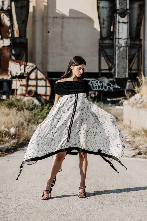 asimetrična, dekonstrirana, lagana haljina, sa patentima kao ukrasima, i trakama, sa rinčicama, nosiva i kao pončo, kao tunika, dostupna u više veličina, efektna i zanimljiva